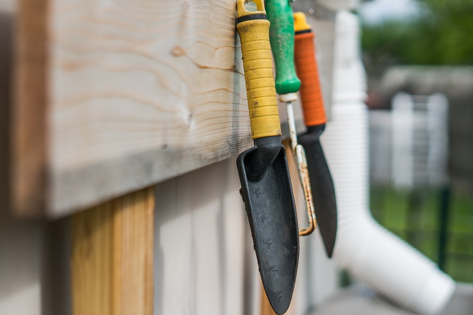 cleaning-and sharpening garden tools